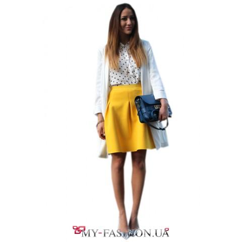 Короткая ярко-жёлтая юбка со складами
