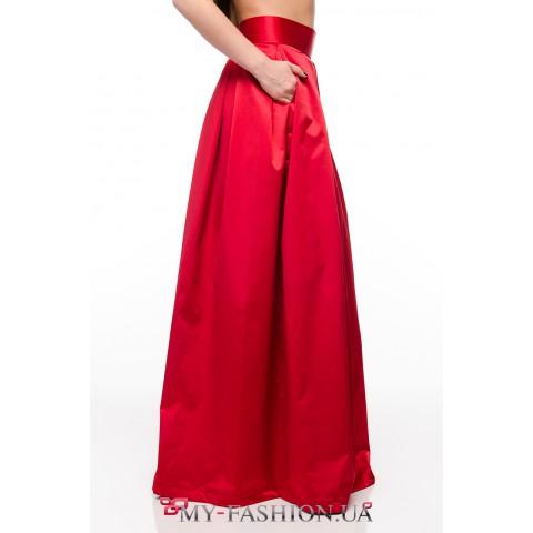Длинная юбка алого цвета со складками