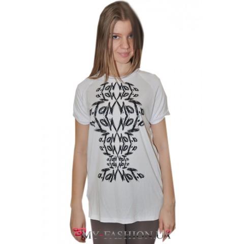 Белая летняя футболка удлинённой модели
