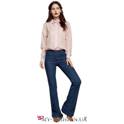 Синие джинсы расклешённой модели