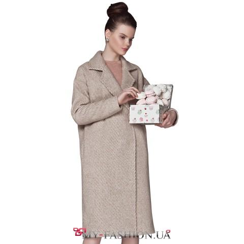 Зимнее женское пальто бежевого цвета