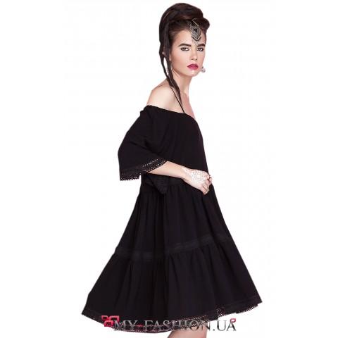Летнее платье чёрного цвета с кружевом в отделке