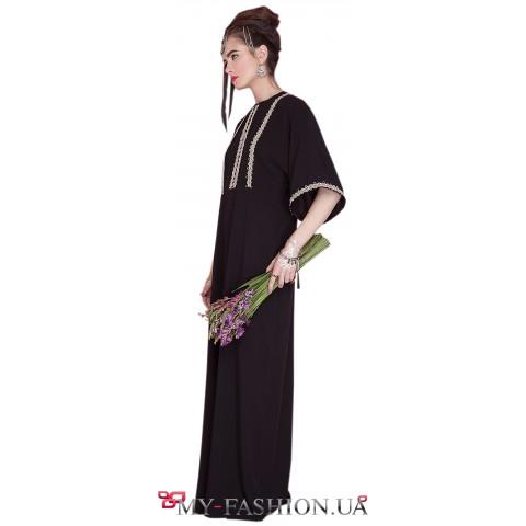 Красивое длинное платье с тесьмой в отделке