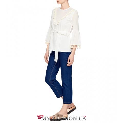 Белая блуза с декоративными элементами на срезах