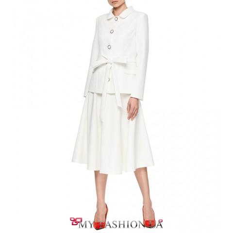 Стильная белая юбка средней длины