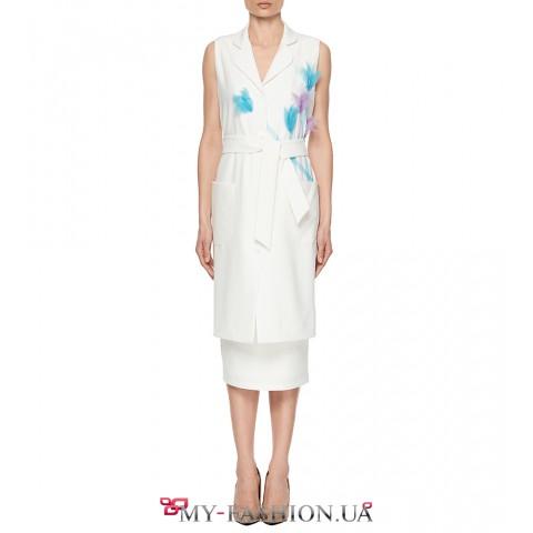 Белое платье с накладными карманами под пояс