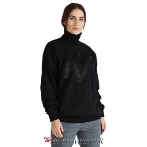 Стильный черный свитер свободного силуэта