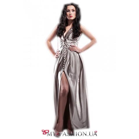 Длинное платье из серебристого атласа