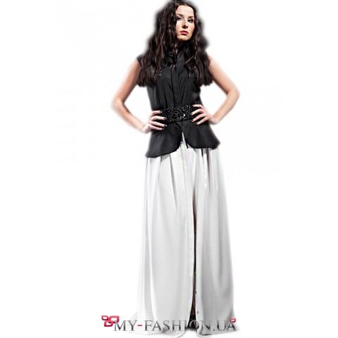 Длинная светлая юбка в складку