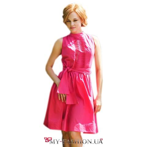 Короткое малиновое платье с декоративной вставкой