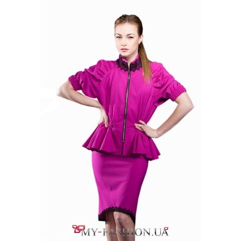 Асимметричная юбка малинового цвета с кружевом на подоле