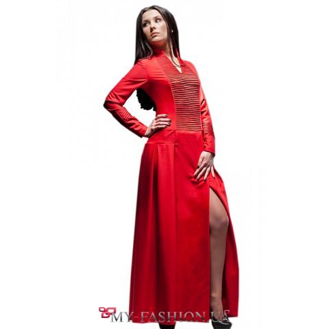 Длинное красное платье с отделкой
