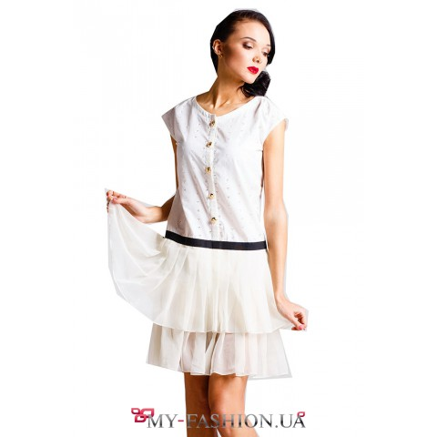 Короткое белое платье с акцентом на бёдрах