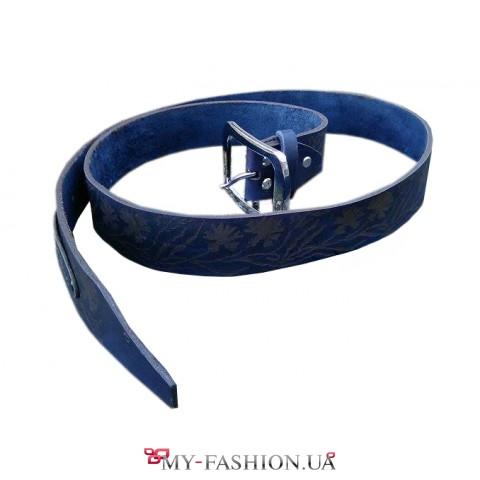 Кожаный ремень синего цвета с тиснением