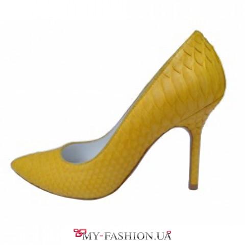 Жёлтые туфли на каблуках из кожи питона