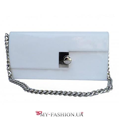 Белый лаковый клатч с длинной металлической цепочкой