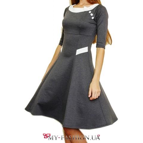 Серое трикотажное платье с пышной юбкой