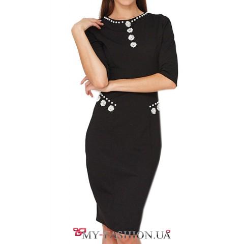 Черное облегаючее платье с цветочными декорами