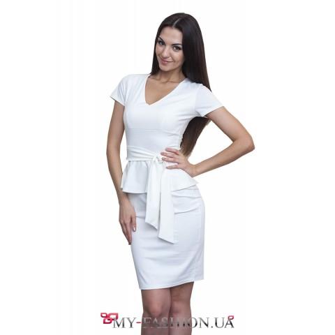 Белое трикотажное платье с поясом