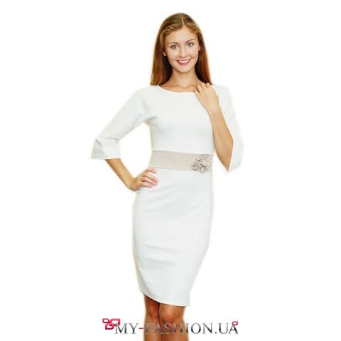Белое короткое платье с бежевой отделкой и расклешенными рукавами 3/4