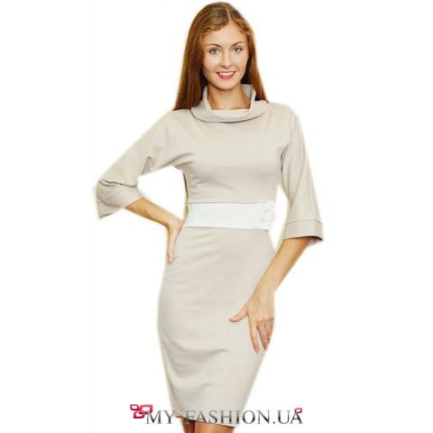 Кофейное платье с воротником хомут расклешенными рукавами