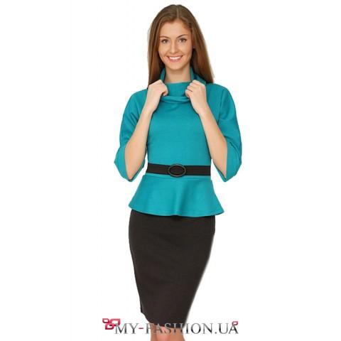 Бирюзовое платье миди длинны с воротником хомут и контрастным пояском