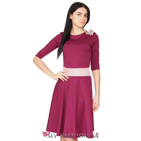 Темно розовое трикотажное платье с вшитым пастельным поясом и аналогичным цветком