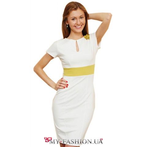 Короткое белое платье с вырезом горловины капелька, декорировано цветком