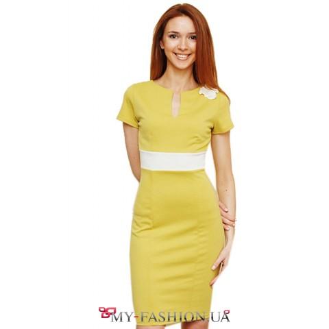 Салатовое трикотажное платье с вертикальным вырезом горловины