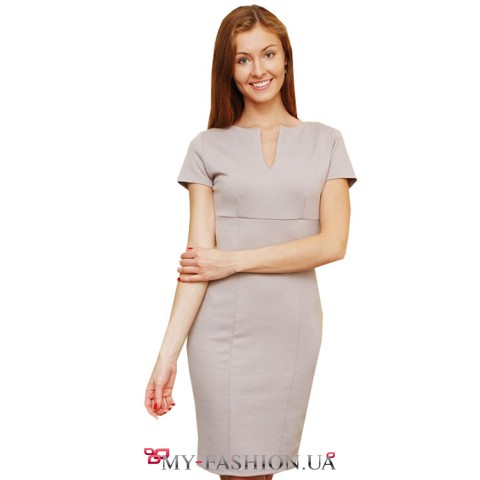 Короткое серое трикотажное платье с короткими рукавами