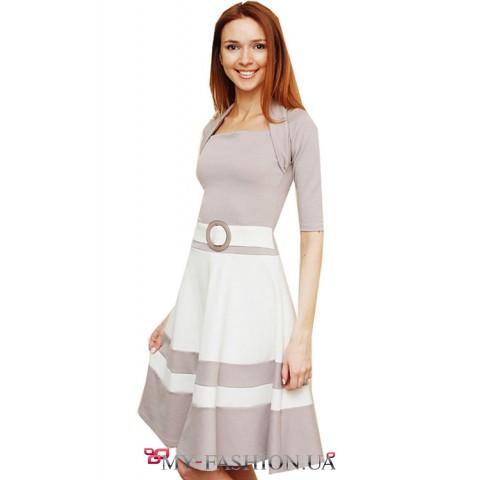 Контрастное платье с широкой юбкой миди длинны
