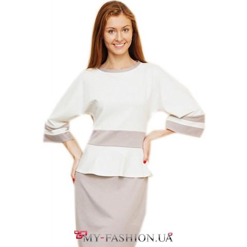 Серо- белое трикотажное платье с широкими рукавами