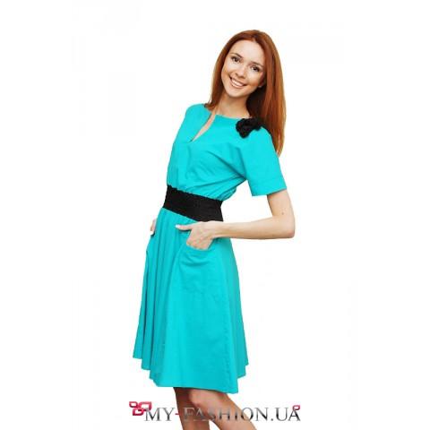 Бирюзовое платье с контрастной брошью