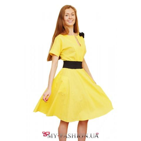 Ярко-жёлтое платье с контрастной брошью