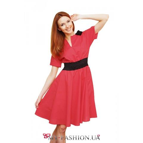 Красное офисное платье с декором