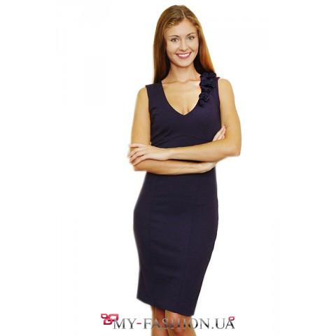 Тёмно-синее приталенное платье с декором