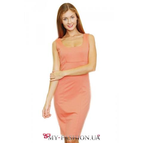 Приталенное платье абрикосового цвета