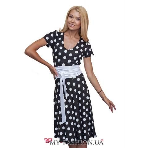 Короткое трикотажное платье в горошек