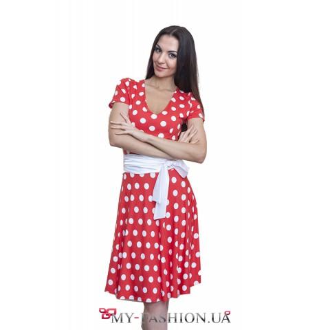 Красное трикотажное платье в горошек