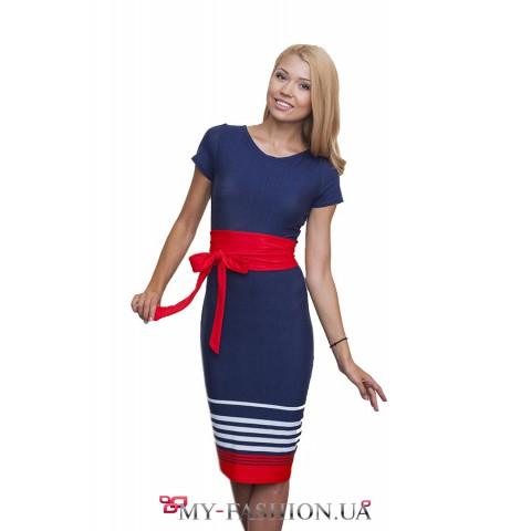 Платье с декоративными полосами и красным поясом