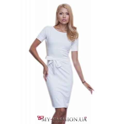 Короткое белое платье из трикотажа