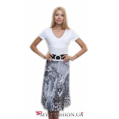 Белое трикотажное платье с пышной юбкой