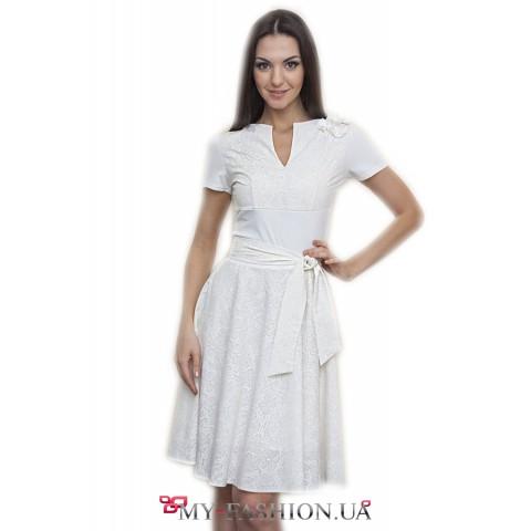 Короткое белое платье из тонкого трикотажа