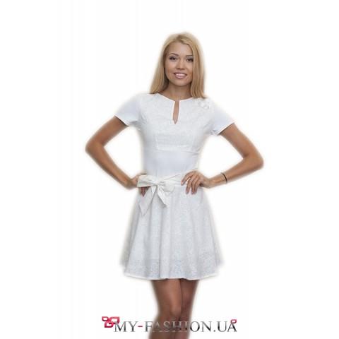 Короткое белое платье с поясом-завязкой