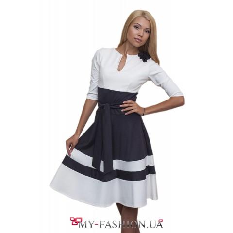 Офисное серо-белое платье с пышной юбкой