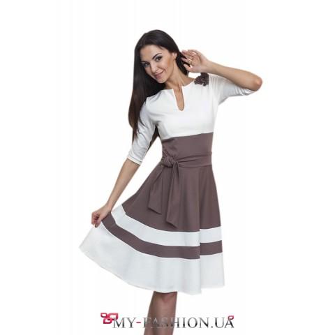 Стильное бело-коричневое трикотажное платье