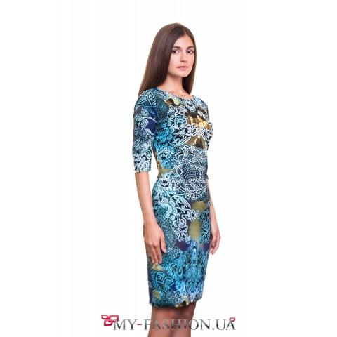 Бирюзовое платье с пёстрым принтом