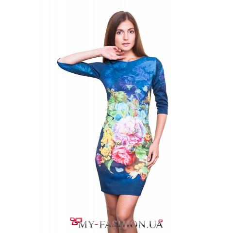 Короткое голубое платье с изображением пионов