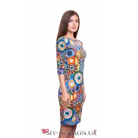 Оригинальное платье с ярким принтом