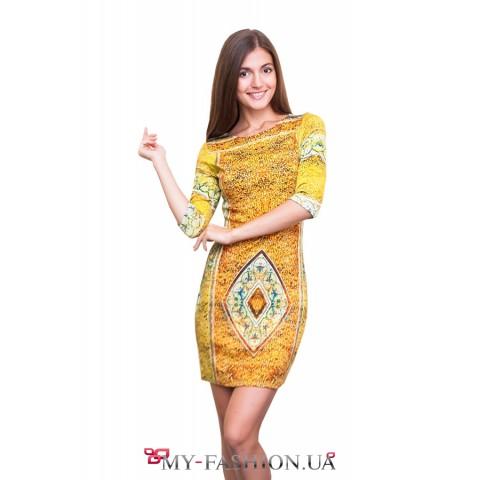 Жёлтое платье с ромбовидным принтом